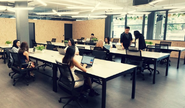 Spaceship Co-warehouse coworking space fixed desks